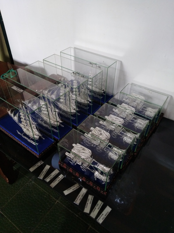 miniatur kereta kuda dua, miniatur andong kuda dua, miniatur andong kotagede, miniatur andong perak, miniatur kapal, miniatur kapal bahan perak , miniatur kapal bahan silver, miniatur silver kotagede, kerajinan miniatur kotagede, miniatur kapal pinisi, mimatur kapal finisi, miniatur kapal konstitusi