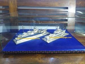 miniatur kapal, miniatur kapal kri mandau, miniatur perak kotagede, miniatur kapal kri fatahillah, miniatur kapal bahan silver,miniatur silver kotagede,miniatur perak kotagede, kerajinan miniatur silver, miniatur viligri